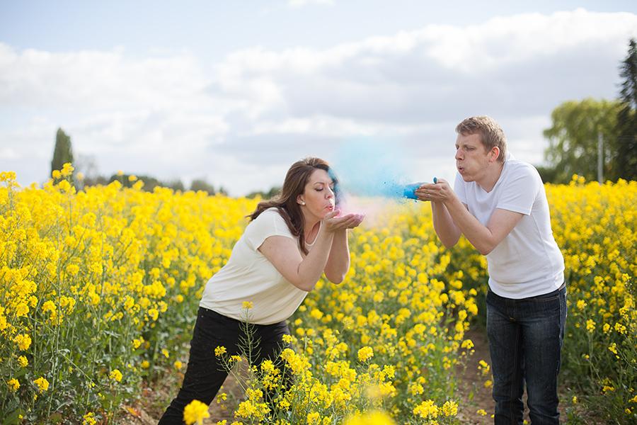 Séance engagement poudre colorée Holi - Marine Szczepaniak - Photographe mariage nord pas de calais