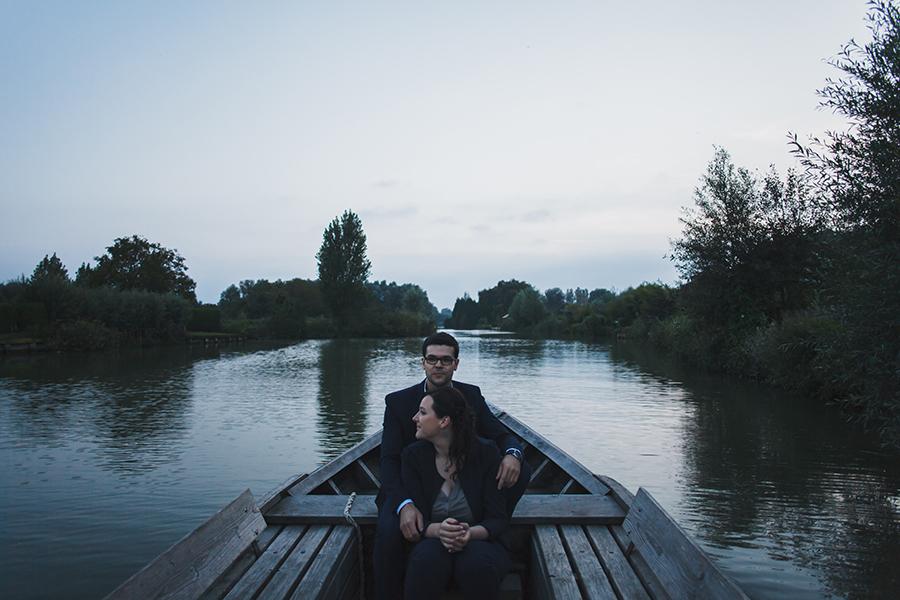 Séance-engagement-dans-les-marais-bacove-barque-Marine-Szczepaniak-photographe-mariage-nord-pas-de-calais-15