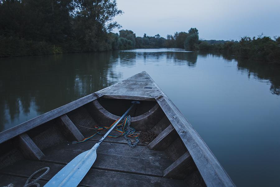Séance-engagement-dans-les-marais-bacove-barque-Marine-Szczepaniak-photographe-mariage-nord-pas-de-calais-17