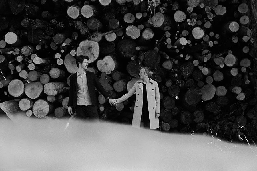 Séance engagement dans les bois - Marine Szczepaniak - Photographe mariage nord pas de calais